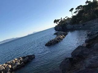 Weekend di sole a Capo Oncino: tutti in spiaggia a Torre Annunziata. Ma il sindaco la chiude