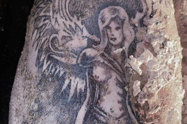tatuaggio cadavere bacoli