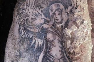 Bacoli, ritrovato cadavere in spiaggia, i carabinieri: 'Chi riconosce questo tatuaggio?'