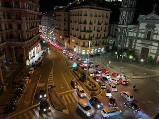 Movida a Napoli, notte di traffico e caos. Colpa di Comune e Regione che litigano