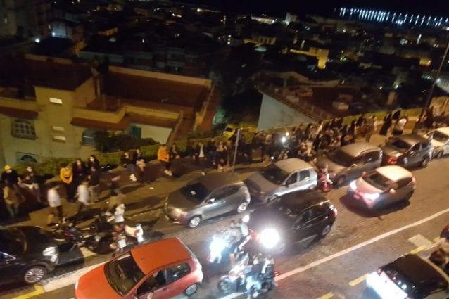 Folla in strada ieri sera in via Aniello Falcone