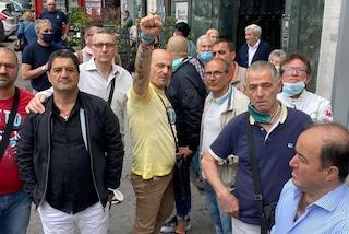 """American Laundry, gli ex lavoratori protestano davanti alla Questura: """"Riassunto solo uno su tre"""""""