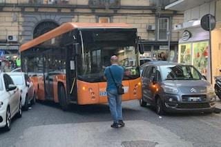 Sosta selvaggia in via Conte di Ruvo, il bus si incastra tra le auto: traffico paralizzato