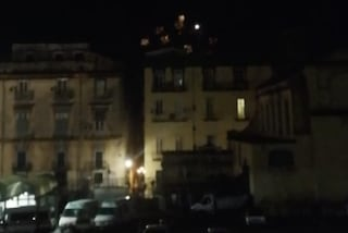 Festa con i fuochi d'artificio illegali di notte in piazza San Domenico Maggiore