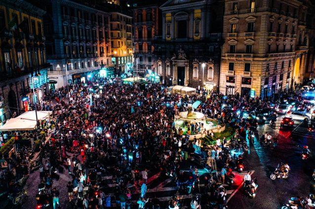 La festa dei tifosi azzurri in Piazza Trieste e Trento (Foto di Carmine Benincasa)