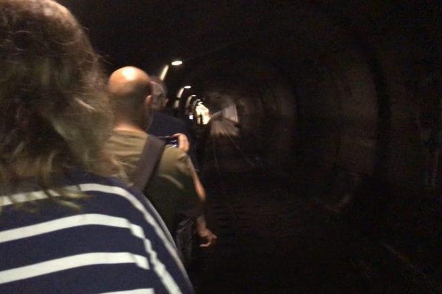 Napoli, la metro si ferma sotto la galleria, i passeggeri a piedi verso la stazione