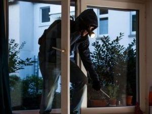 Si cala sul balcone con una corda per scoprire l'ex con l'amante, ma la casa è vuota: arrestato