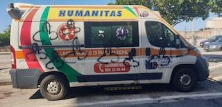 A Salerno i vandali prendono di mira un'ambulanza in servizio: ricoperta con disegni osceni
