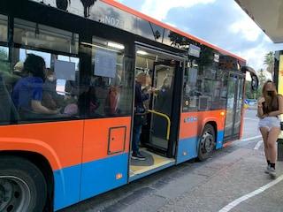 Napoli: autobus bloccato in piazza Vittoria, troppe persone a bordo e nessuno scende