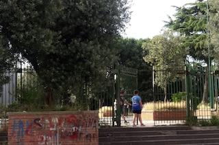 A Capodichino parchi abbandonati e chiusi per alberi pericolanti, ma i bimbi ci giocano lo stesso