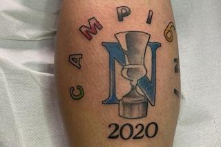 Vittoria del Napoli, tifoso azzurro si fa tatuare la Coppa Italia sul polpaccio