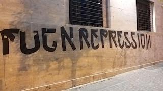 """""""Fuck repression"""" sui muri della Questura di Napoli: tre ragazzi fermati dai carabinieri"""