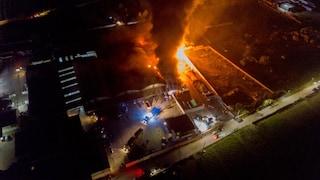 Incendio in un'azienda di rifiuti a Sant'Antonio Abate: nuvola di fumo nero sulla città