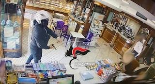 Il rapinatore zoppica: incastrato dalle telecamere e arrestato dopo il colpo in pasticceria