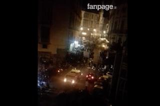 A Napoli assembramenti di ragazzi in strada fino alle 5 del mattino per la movida