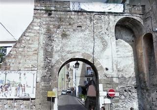 Le antiche mura di Teano rischiano di crollare: crepe e caduta di pietre in strada