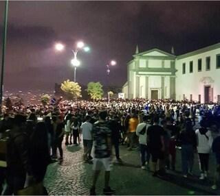 Notte prima degli esami a Napoli, centinaia di studenti a San Martino per la fine della scuola