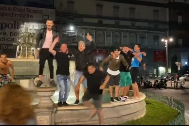 Vittoria del Napoli, la città esulta per la Coppa Italia: fuochi d'artificio e gente in strada