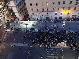 Arrestati dopo controllo in piazza Bellini, corteo in centro. I tre ai domiciliari