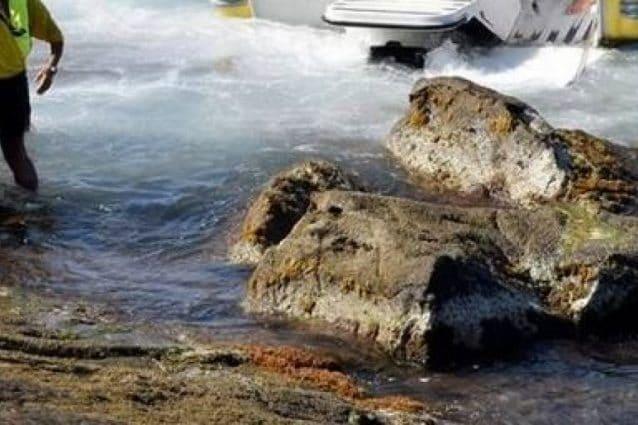 Ischia, trascinato dalla corrente, rimane incastrato tra gli scogli: uomo salvato in mare