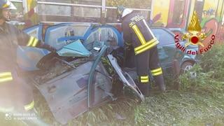 Treno della Circumvesuviana travolge un'auto al passaggio a livello: un ferito in ospedale