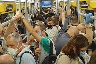 Coronavirus Campania, obbligo di mascherina su bus, metro e ai terminal. Tamponi per chi arriva dall'estero