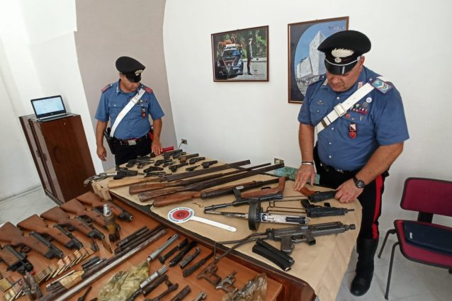 Ha in casa un arsenale da guerra, per non farsi scoprire ingoia la chiave del deposito