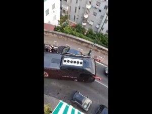 Napoli, il bus del Milan resta bloccato in strada: colpa di un'auto parcheggiata in curva