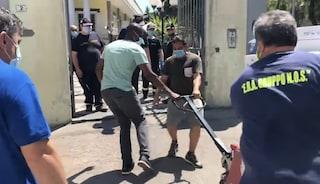Mondragone, il sindacalista Soumahoro consegna cibo e igienizzanti per la zona rossa