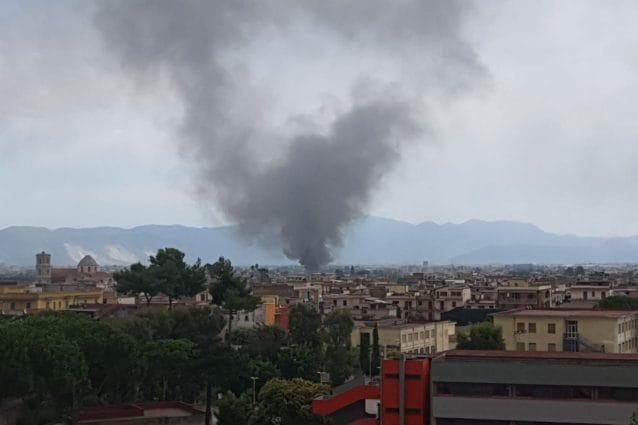 Incendio Napoli, zona Afragola: a fuoco deposito bus e auto. Fumo nero visibile a distanza