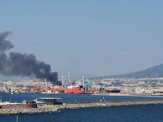 Incendio a Napoli zona porto, colonna di fumo nero visibile da tutta la città
