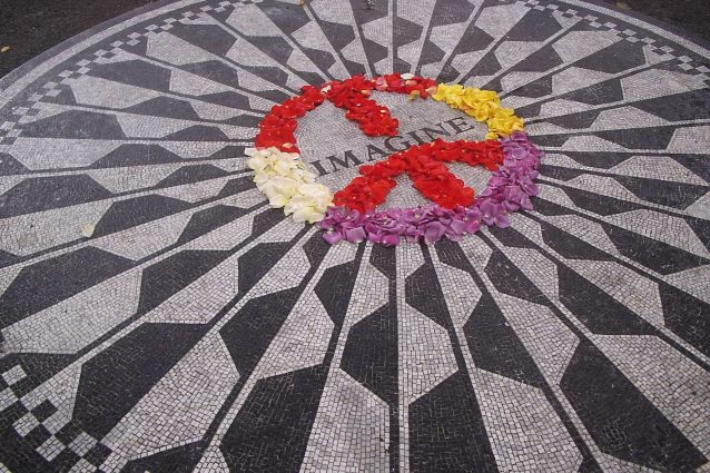 Il mosaico in memoria di John Lennon donato dal Comune di Napoli: si trova a Central Park