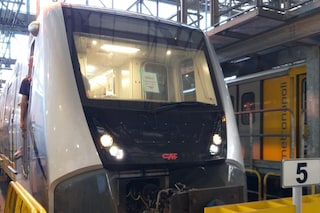 Metro 1 Napoli, arrivati i primi 2 treni dalla Spagna. Saranno provati di notte sui binari