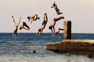 Sorrento, si tuffa in mare e sbatte sugli scogli: 15enne rischia di perdere l'uso delle gambe