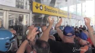 Whirlpool Napoli, lavoratori bloccano l'ingresso dell'autostrada e la Stazione Centrale