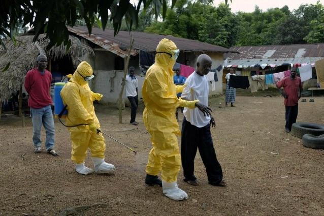Un sospetto caso di ebola accompagnato verso l'ambulanza nel villaggio di Freeman Reserve, circa 50 chilometri a nord di Monrovia