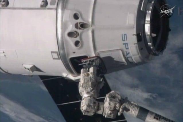 Dragon si attacca al modulo Harmony (Credit: NASA TV)