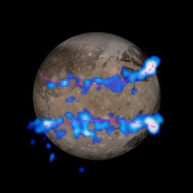 Le fasce luminose delle aurore di Ganimede sovrapposte ad un'immagine della Luna ottenuta in passato con la sonda Galileo (NASA/ESA)