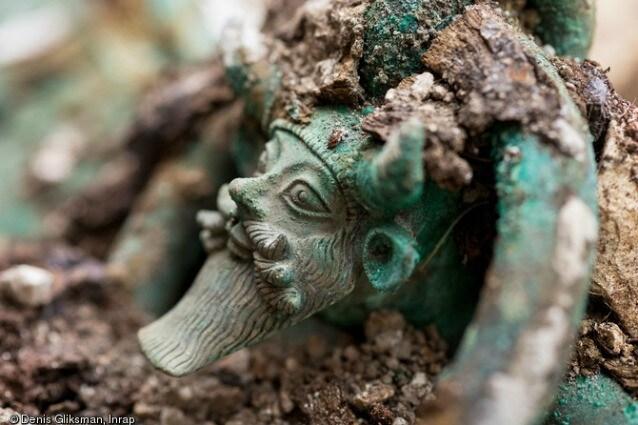 Una delle anse del calderone rinvenuto nella tomba, riccamente ornata con una rappresentazione del dio greco Acheloo (© Denis Gliksman, Inrap)