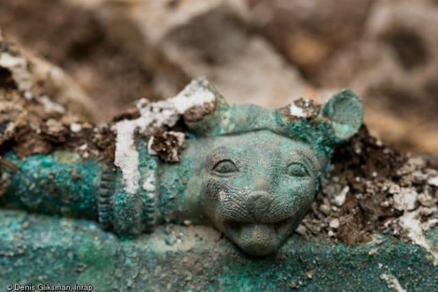L'ornamento a forma di testa di felino (© Denis Gliksman, Inrap)