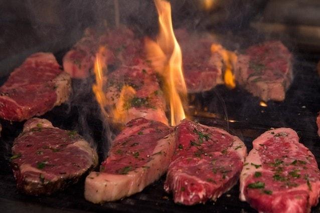 La carne alla brace responsabile delle malattie neurodegenerative