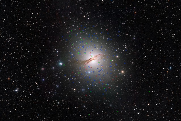 La galassia ellittica gigante Centauro A (NGC 5128) e i suoi strani ammassi globulari (Crediti: ESO/Digitized Sky Survey. Acknowledgement: Davide de Martin)