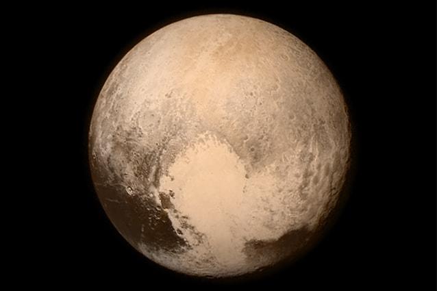 Immagine di Plutone proveniente dalla sonda New Horizons la mattina del 14 luglio 2015 (Foto Nasa).