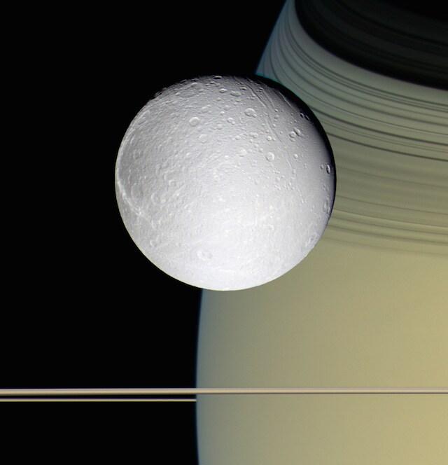 Dione e Saturno dalla sonda Cassini