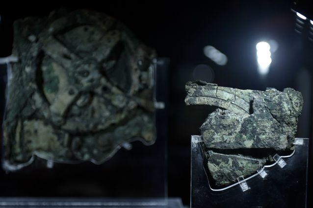 Il meccanismo di Antikythera fu uno dei primi manufatti riportato in superficie dal relitto, grazie alla segnalazione di alcuni pescatori di spugne che, nel 1900, lo individuarono per primi. I suoi frammenti hanno consentito di confermare quanto fossero avanzate le conoscenze scientifiche in età ellenistica