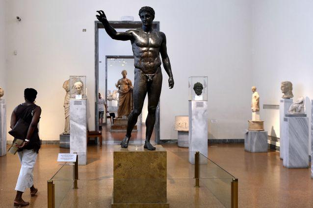 L'efebo di Anticitera, rinvenuto nel relitto, risaliva al 340 a. C. circa ed è conservato, assieme a tutto il prezioso carico della nave, presso il Museo Archeologico di Atene