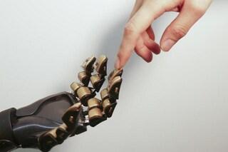 Le pelle artificiale che dona il senso del tatto alle mani robotiche