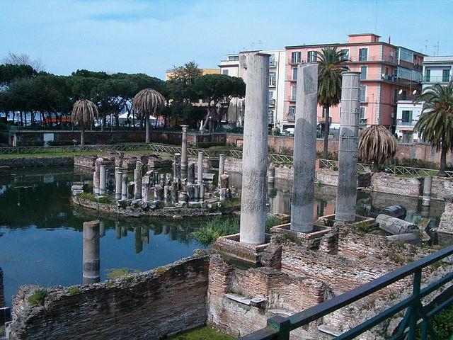 Il cosiddetto Tempio di Serapide con le colonne segnate dai litodomi (via Wikipedia)