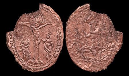 Le due facciate della medaglia centrale, rappresentanti crocefissione e resurrezione di Gesù (Credit: Paul Tafforeau/ESRF)