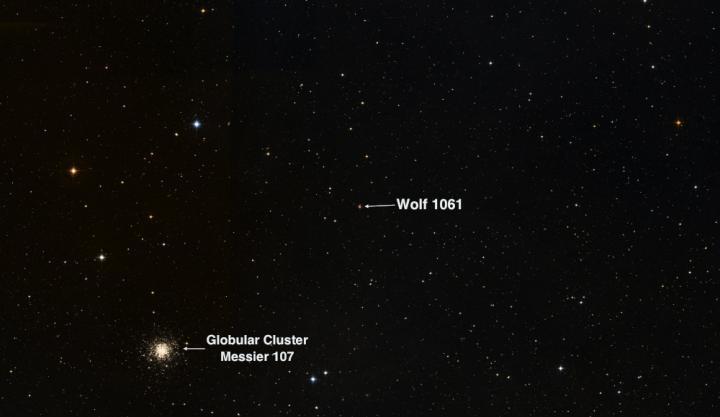 Panoramica del cielo in direzione della costellazione dell'Ofiuco, con la nana rossa Wolf 1061 in evidenza; accanto l'ammasso globulare Messier 107, non collegato alla stella ma che, decisamente, di fa notare. (Credit: UNSW)